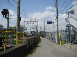 高柳駅線路沿い通路